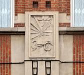 Rue Léopold Ier 178-180, Bruxelles Laeken, bas-relief de la façade (photo ARCHistory/APEB © urban.brussels, photo 2017)