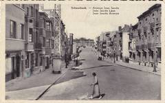 Vue ancienne de l'avenue Jean Jaurès, Schaerbeek. À l'arrière, gauche, marquée d'une croix bleue au caryon, le n°4 (© Collection cartes postales Brussels Art Deco Society)