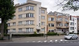 L'ensemble construit par Louis Tenaerts à l'angle de la rue De Wand et de l'avenue des Croix du Feu, photo de 2020. De gauche à droite : rue De Wand 1, avenue des Croix du Feu 309 à 301 (© ARCHistory/APEB).