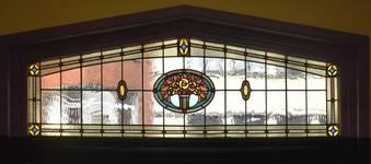 Rue Laneau 88-90, Bruxelles Laeken, vitrail de façade principale depuis l'intérieur (photo ARCHistory/APEB © urban.brussels, photo 2017)