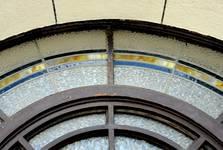 Rue de Praetere 26, Ixelles, vitrail de l'entrée, détail (© ARCHistory/APEB, photo 2020)