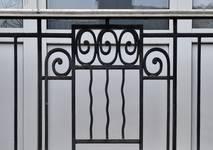 Rue Steppé 33, Jette, détail de la ferronnerie du garde-corps de la fenêtre du bel étage (© ARCHistory/APEB, photo 2020)