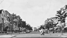 Avenue Coghen, perspective prise au début des années 1960. Dans le fond, au centre, on aperçoit le n°44 (© Collection cartes postales Brussels Art Deco Society)